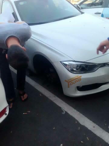 Chiếc xe bị thuổng mất bánh (Ảnh: B.H.Y)