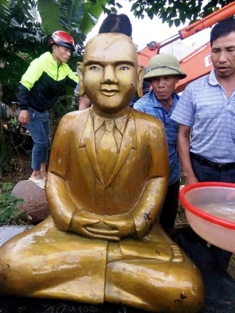 Pho tượng được phủ bên ngoài 1 lớp đồng vàng óng, bên trong bằng gỗ, có trang phục lạ so với tượng phật thông thường