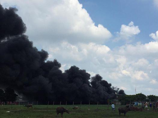 Vụ cháy xưởng sản xuất nón bảo hiểm tạo thành cột khói cuồn cuộn bầu trời huyện Bình Chánh