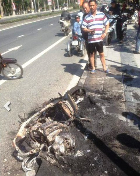 Chiếc xe bị cháy trơ khung sau ít phút