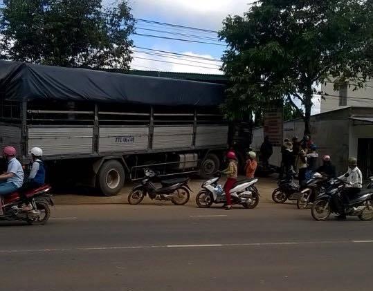 Chiếc xe tải không người lái tông vào quán cơm. Ảnh B.N