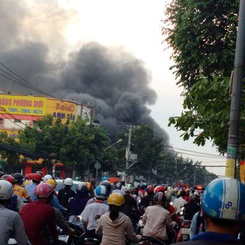Vụ cháy cây xăng trên đường Quang Trung (TP HCM) đã khiến hàng chục chiếc xe máy bị thiêu rụi, các tuyến đường xung quanh bị ùn tắc. - Ảnh: GIANG NAM