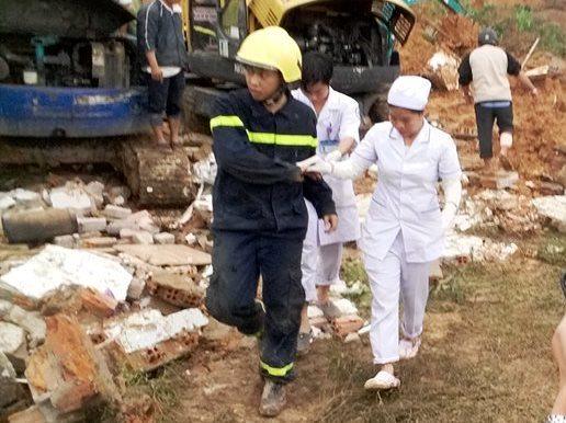 Y bác sĩ Bệnh viên đa khoa Khánh Hòa đang đưa 1 chiến sĩ phòng cháy chữa cháy bị thương ở tay khi đang cứu nạn để cấp cứu