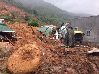 Những tảng đá lớn đè khu vực giường ngủ nạn nhân đã được đưa ra ngoài