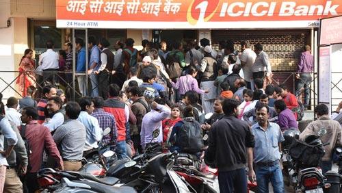 Người dân xếp hàng bên ngoài một ngân hàng ở New Delhi sau khi chính phủ Ấn Độ tiến hành đổi tiền Ảnh: CBS NEWS