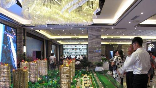 Người dân tham quan một dự án bất động sản tại TP Trịnh Châu, tỉnh Hà Nam - Trung Quốc Ảnh: REUTERS
