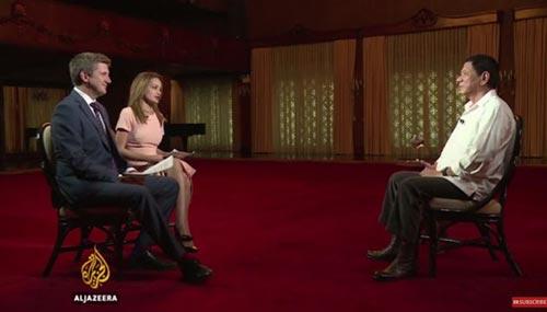 Tổng thống Philippines Rodrigo Duterte (phải) trong cuộc phỏng vấn phát trên đài Al-Jazeera hôm 15-10 Ảnh: AL-JAZEERA