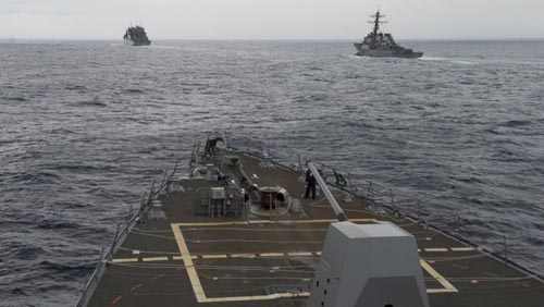 Tàu khu trục USS Decatur (bìa phải) và tàu hàng quân sự USNS Matthew Perry (bìa trái) nhìn từ tàu khu trục USS Spruance ở biển Đông hôm 17-10 Ảnh: HẢI QUÂN MỸ