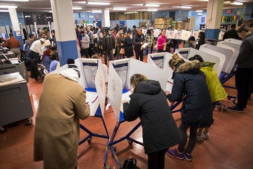 Cử tri bỏ phiếu tại TP New York - Mỹ hôm 8-11 Ảnh: AP