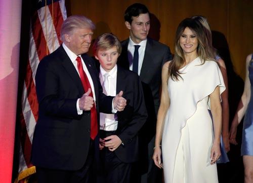 Gia đình tỉ phú Donald Trump chào người ủng hộ tại TP New York hôm 9-11 Ảnh: REUTERS