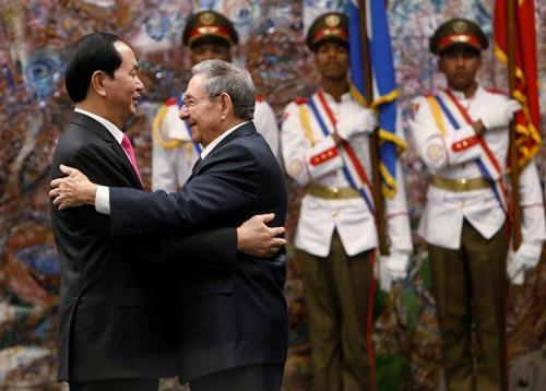Chủ tịch nước Trần Đại Quang và Chủ tịch Raul Castro tại lễ trao Huân chương Jose Marti Ảnh: REUTERS