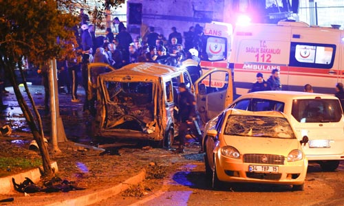 Hiện trường vụ đánh bom tại TP Istanbul - Thổ Nhĩ Kỳ đêm 10-12 Ảnh: REUTERS