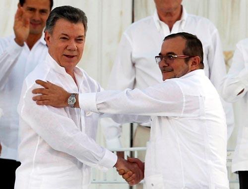 Tổng thống Juan Manuel Santos (trái) và thủ lĩnh FARC Rodrigo Londono hồi tháng 9-2016 Ảnh: REUTERS