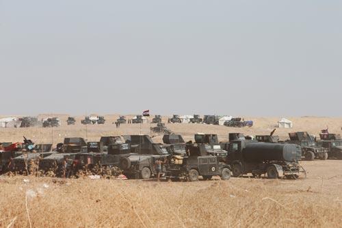 Lực lượng an ninh Iraq được triển khai bên ngoài Mosul hôm 15-10 Ảnh: REUTERS
