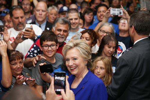 Bà Hillary Clinton chụp ảnh cùng người ủng hộ trong cuộc vận động tranh cử ở TP Las Vegas hôm 2-11 Ảnh: REVIEW JOURNAL