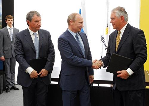 Ông Rex Tillerson (bìa phải) và Tổng thống Nga Vladimir Putin tại cuộc gặp năm 2012 Ảnh: RIA NOVOSTI