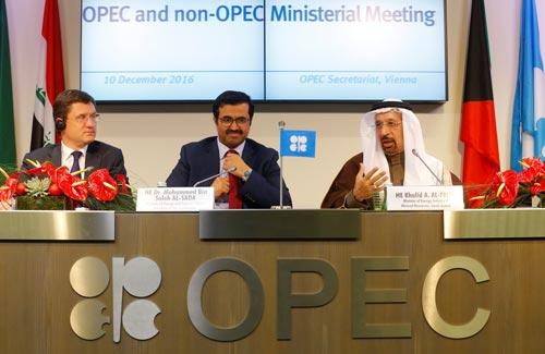 Từ trái qua: Bộ trưởng Năng lượng Nga Alexander Novak, Bộ trưởng Năng lượng Qatar Mohammed bin Saleh al-Sada và Bộ trưởng Năng lượng Ả Rập Saudi Khalid al-Falih tại cuộc họp báo sau hội nghị ở thủ đô Vienna-Áo hôm 10-12 Ảnh: REUTERS