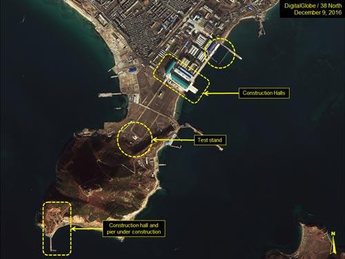 Ảnh vệ tinh chụp xưởng đóng tàu Sinpo South hôm 9-12 làm dấy lên đồn đoán Triều Tiên sắp sửa phóng tên lửa từ tàu ngầm Ảnh: 38NORTH.ORG