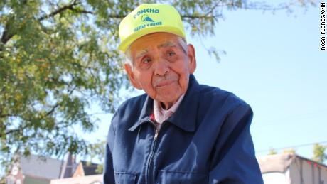 Cụ ông đẩy xe kem dạo 89 tuổi Fidencio Sanchez. Ảnh: CNN