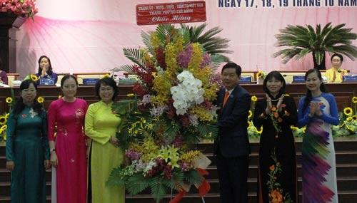 Bí thư Thành ủy TP HCM Đinh La Thăng tặng hoa cho các đại biểu