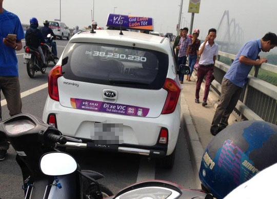 Chiếc taxi mà tài xế bỏ lại trên cầu Nhật Tân rồi nhảy xuống tự tử - Ảnh: Otofun