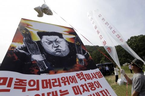 Những người đào tẩu Triều Tiên thả truyền đơn lên án nhà lãnh đạo Kim Jong-un về vụ thử hạt nhân ở Paju. Ảnh: AP