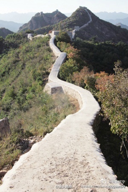 """Theo Beijing Times, chính phủ đã cấp 10 triệu nhân dân tệ (hơn 33 tỷ đồng) cho Cục Di sản văn hóa quận Suizhong để tiến hành """"công cuộc đổi mới"""", nhằm giữ bức tường không bị sụp đổ dưới những trận mưa lớn. Ảnh: News."""