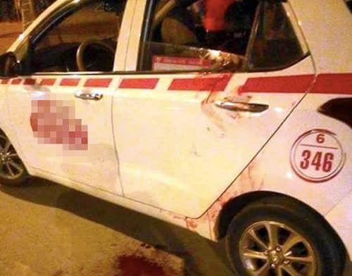 Chiếc taxi còn dính nhiều vết máu-ảnh:Facebook