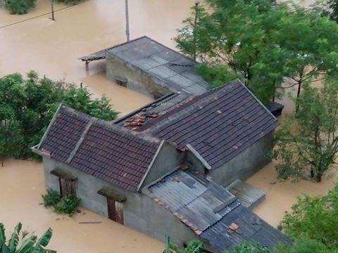 Lũ khiến hàng ngàn nhà dân bị ngập và chìm trong biển nước