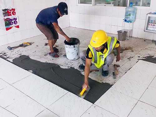 Thợ thi công ốp lát gạch bằng phương pháp gạch chồng gạch và dùng keo dán gạch weber.tai gres