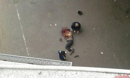Người đàn ông bị văng xuống dưới cầu Chương Dương - Ảnh: CTV