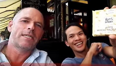 Stefan Struik và Nguyễn Thành Dũng (ảnh cắt từ clip của Stefan Struik trên mạng).