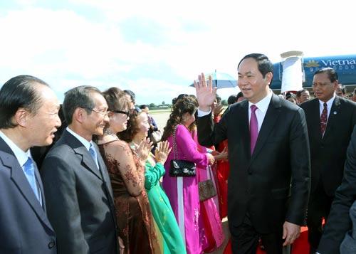 Chủ tịch nước được nhân viên lãnh sự quán, bà con kiều bào tại tỉnh Champasak chào đón chiều 14-6 Ảnh: TTXVN