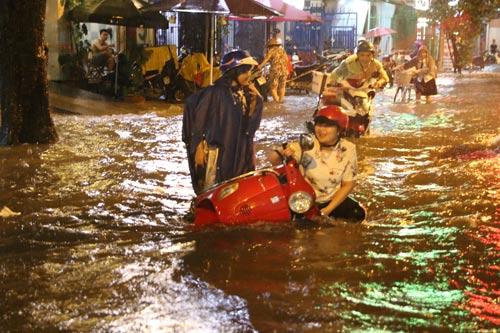 Mưa to khiến đường Trần Nhân Tôn (quận 10, TP HCM) ngập sâu Ảnh: LÊ PHONG