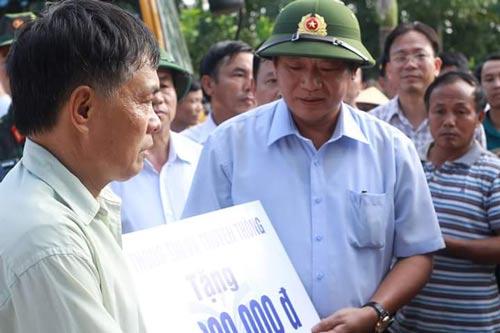 Bộ trưởng Bộ Thông tin và Truyền thông Trương Minh Tuấn tặng quà cho người dân vùng lũ ở Hà Tĩnh