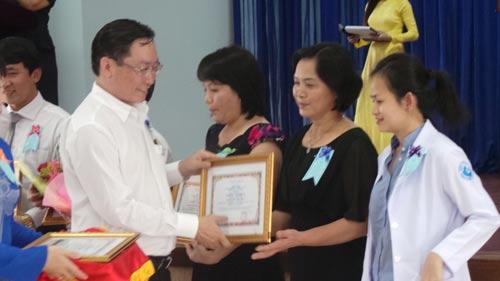 Lãnh đạo Sở Y tế TP HCM tặng bằng khen cho y, bác sĩ từ các bệnh viện ở nội thành hỗ trợ cho Bệnh viện huyện Củ Chi