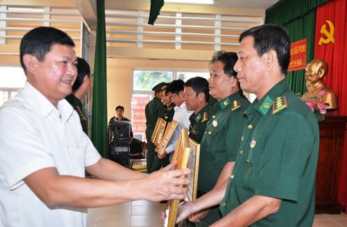 Phó Chủ tịch UBND TP HCM Huỳnh Cách Mạng trao bằng khen cho các tập thể, cá nhân tại hội nghị