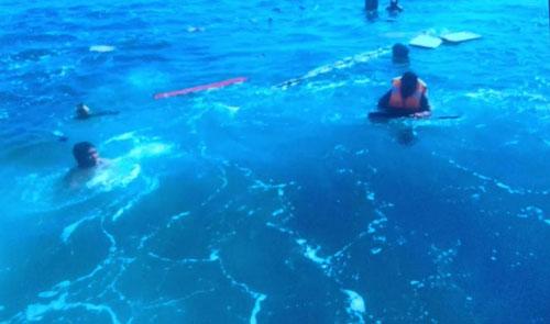 Hai ngư dân văng xuống biển sau đâm va và được cứu an toàn
