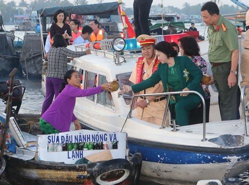 Chủ tịch Quốc hội Nguyễn Thị Kim Ngân với tiểu thương chợ nổi Cái Răng. Ảnh: TTXVN
