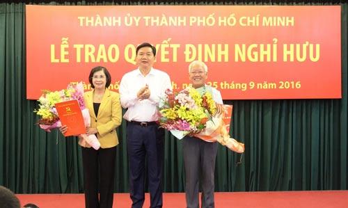 Bí thư Thành ủy TP HCM Đinh La Thăng trao quyết định nghỉ hưu cho ông Lê Hoàng Quân và bà Nguyễn Thị Thu Hà