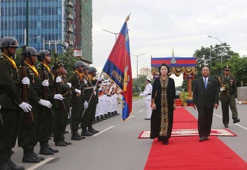 Chủ tịch Quốc hội Campuchia Samdech Heng Samrin và Chủ tịch Quốc hội Nguyễn Thị Kim Ngân tại lễ đón chính thức Ảnh: TTXVN