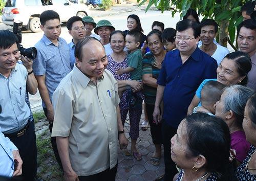 Thủ tướng Nguyễn Xuân Phúc thăm hỏi người dân khu tái định cư phường Noong Bua Ảnh: CHINHPHU.VN