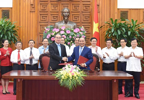 Thủ tướng Nguyễn Xuân Phúc và Chủ tịch Ủy ban Trung ương MTTQ Việt Nam Nguyễn Thiện Nhân tại lễ ký nghị quyết liên tịch Ảnh: QUANG HIẾU