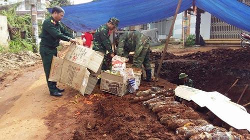 Lực lượng chức năng tìm kiếm bom mìn còn sót lại