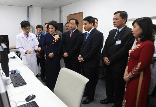 Chủ tịch Quốc hội Nguyễn Thị Kim Ngân (thứ hai từ trái sang) cùng lãnh đạo TP Hà Nội tham quan trung tâm kỹ thuật cao và tiêu hóa hiện đại