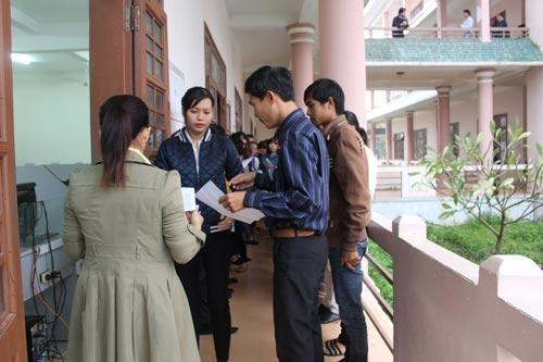 Thí sinh làm thủ tục vào phòng thi tuyển công chức tỉnh Quảng Nam năm 2016 Ảnh: VĂN HÀO