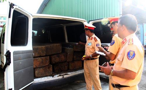 Chiếc xe khách và tang vật đang bị CSGT tạm giữ. Ảnh: Công an cung cấp