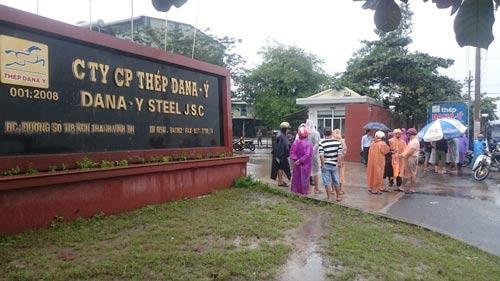 Dù mưa rất lớn, người dân vẫn đứng trước nhà máy thép của Công ty CP Thép Dana - Ý để phản đối