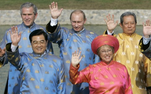 Các lãnh đạo APEC mặc áo dài truyền thống của Việt Nam may bằng lụa tơ tằm với họa tiết hoa sen tại kỳ APEC năm 2006 - Ảnh: AP