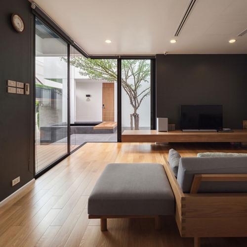 Khu vực phòng khách được thiết kê trang nhã kết hợp với cửa kính lớn, tạo nên sự thông thoáng